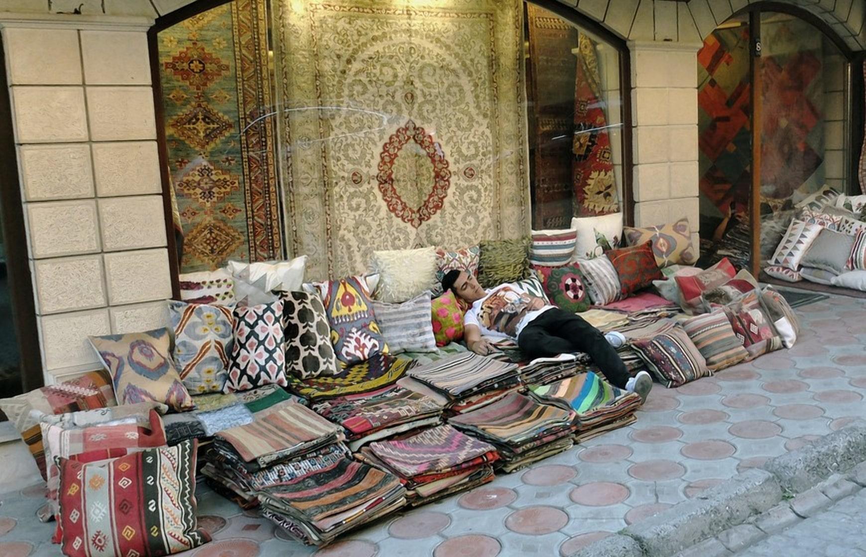 Продавец ковров всегда при деле